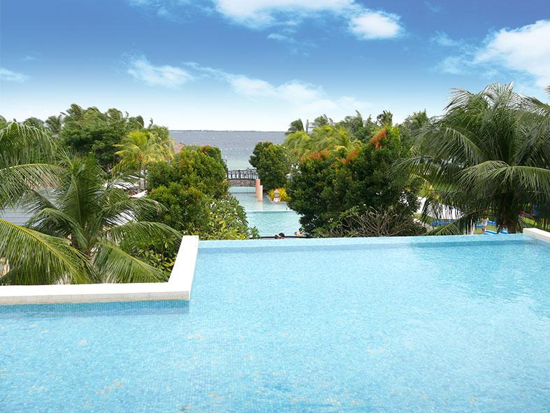 マクタン島リゾート地のプールから見える景色