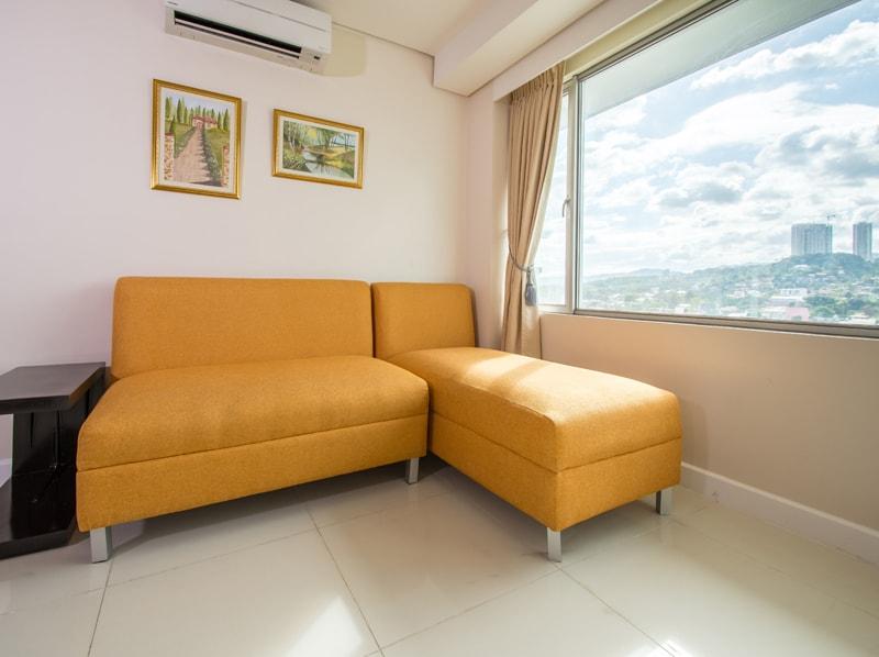 セブ島のアリシアアパーテルの客室 ワンベッドルームデラックスのソファ