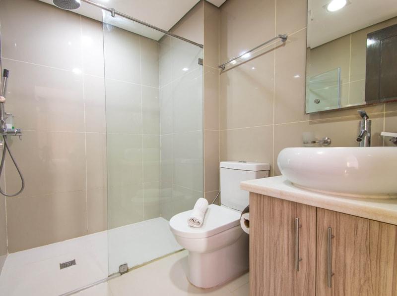 セブ島のアリシアアパーテルの客室 ワンベッドルームデラックスのバスルーム