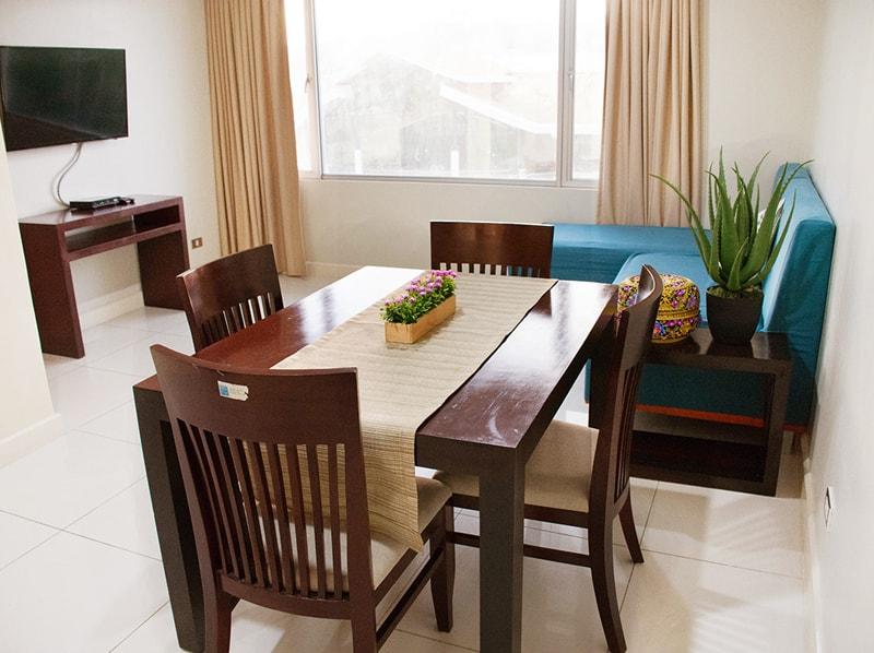 セブ島のアリシアアパーテルの客室 ワンベッドルームスーペリアのソファとテーブル