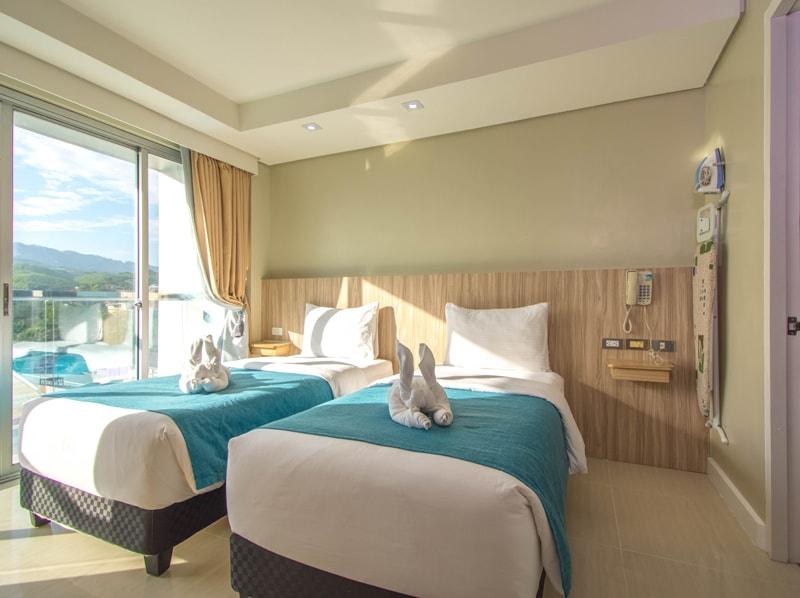 セブ島のアリシアアパーテルの客室 ワンベッドルームデラックスツインのベッドルーム