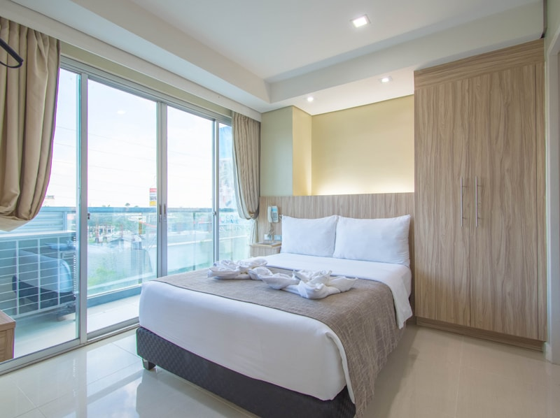 セブ島のアリシアアパーテルの客室 ワンベッドルームデラックスプレミアムのベッドルーム