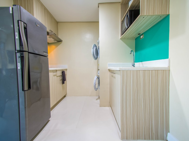 セブ島のアリシアアパーテルの客室 ワンベッドルームデラックスプレミアムのキッチン