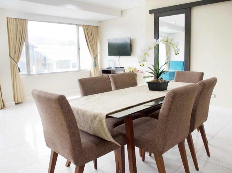 セブ島のアリシアアパーテルの客室 ワンベッドルームスーペリアのテーブル