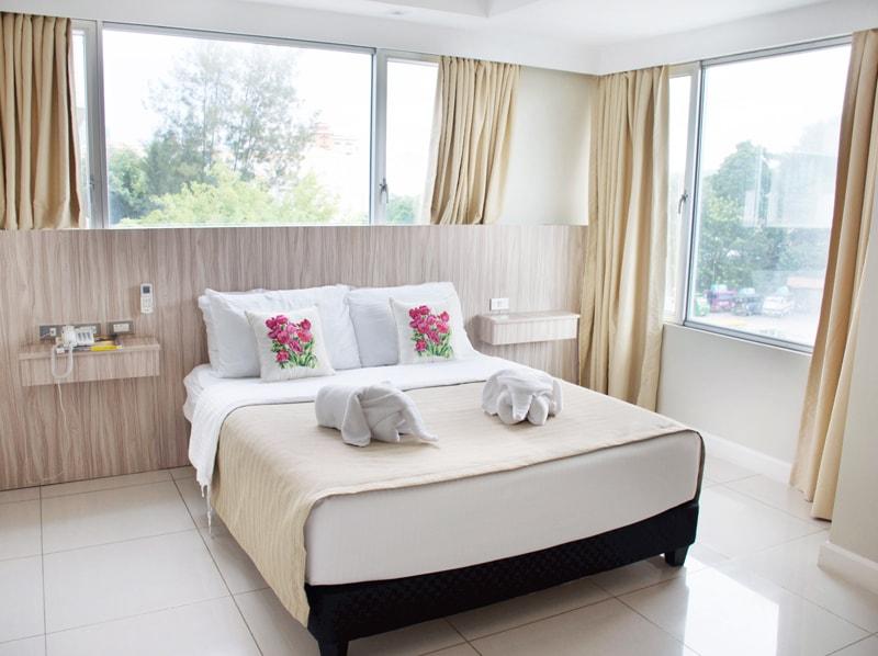セブ島のアリシアアパーテルの客室 ワンベッドルームスーペリアのベッドルーム