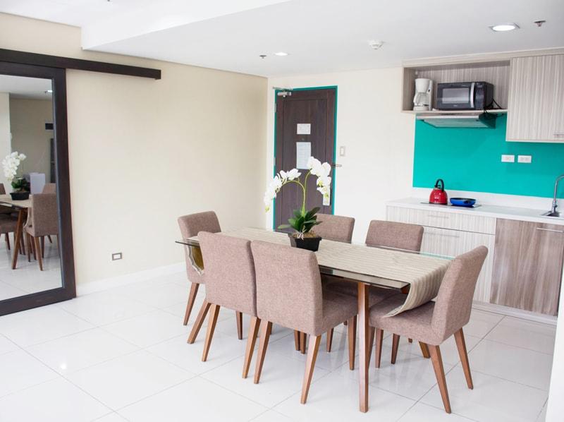 セブ島のアリシアアパーテルの客室 ワンベッドルームスーペリアのキッチンとテーブル