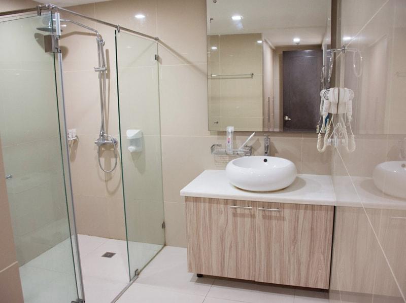 セブ島のアリシアアパーテルの客室 ワンベッドルームスーペリアのバスルーム