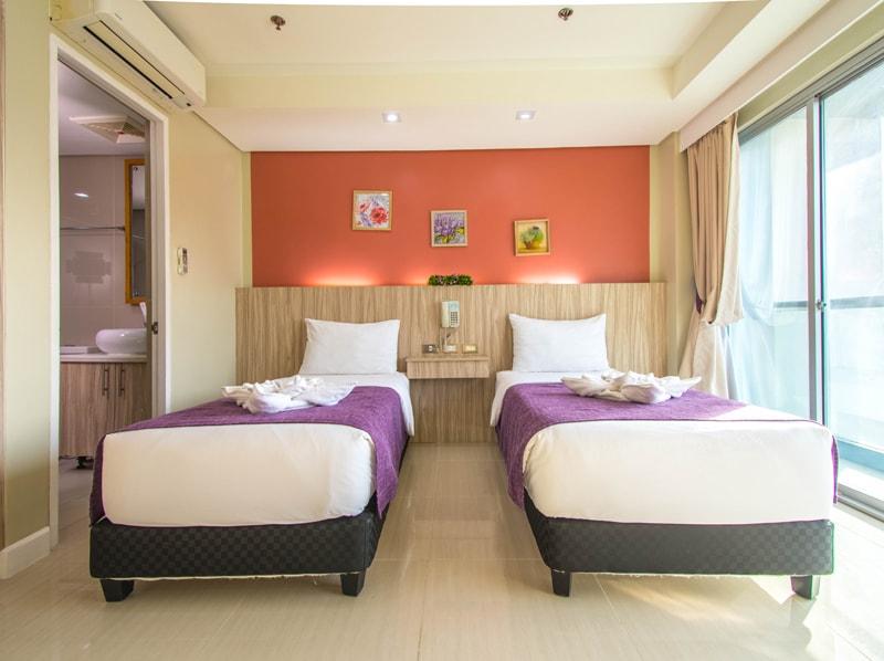 セブ島のアリシアアパーテルの客室 ワンベッドルームスーペリアツインのベッドルーム