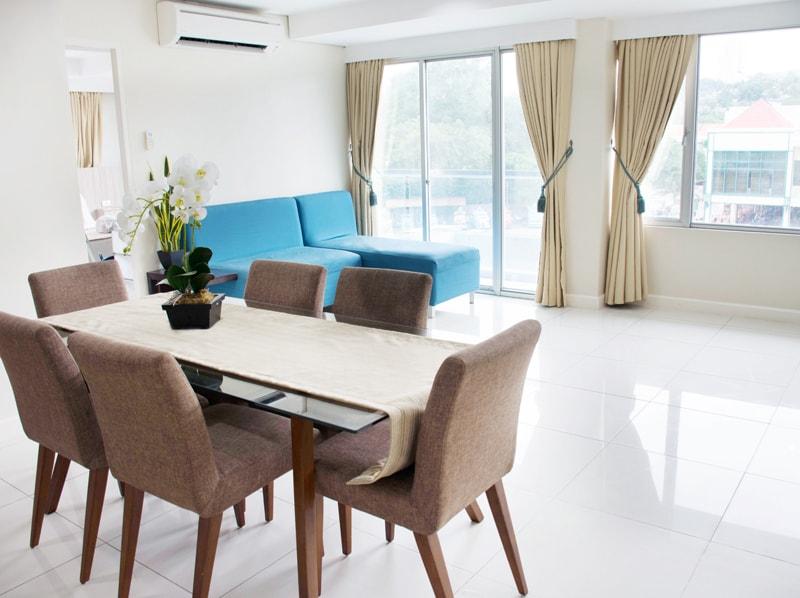セブ島のアリシアアパーテルの客室 ワンベッドルームスーペリアのテーブルとソファ