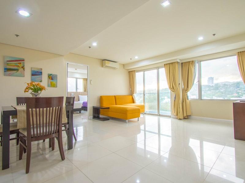 セブ島のアリシアアパーテルの客室 ツーベッドルームプレミアムのリビング