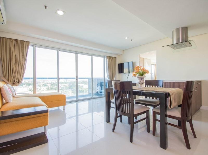 セブ島のアリシアアパーテルの客室 ツーベッドルームプレミアムのテーブルとソファ