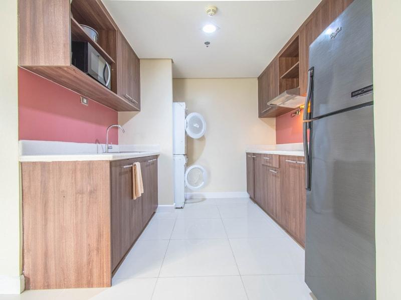セブ島のアリシアアパーテルの客室 ツーベッドルームプレミアムのキッチン