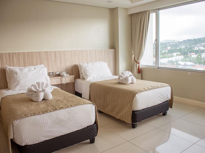 セブ島のアリシアアパーテルの客室 ツーベッドルームデラックスのツインベッドルーム