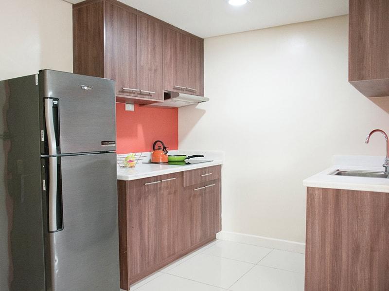 セブ島のアリシアアパーテルの客室 ツーベッドルームデラックスのキッチン