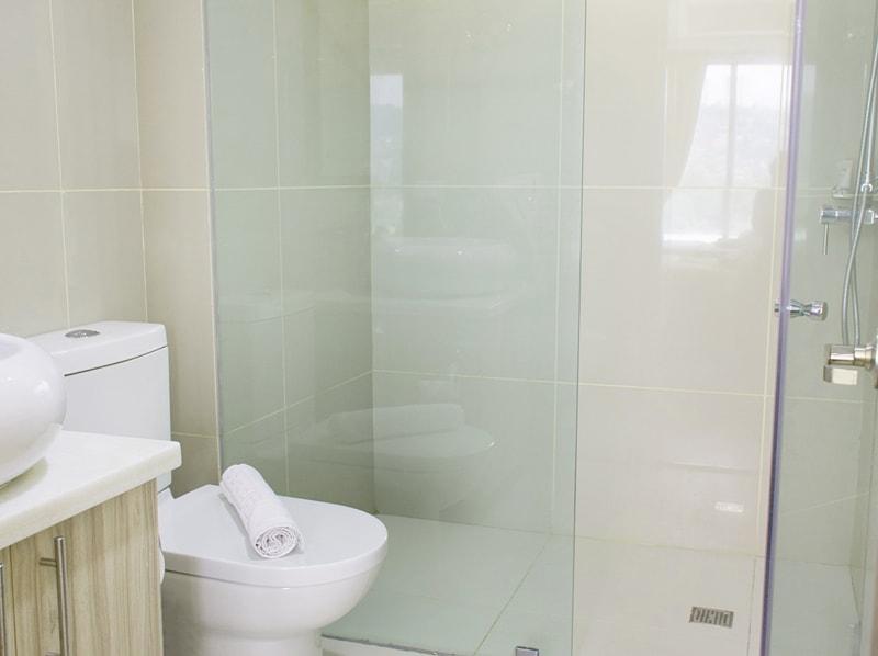 セブ島のアリシアアパーテルの客室 ツーベッドルームデラックスのバスルーム