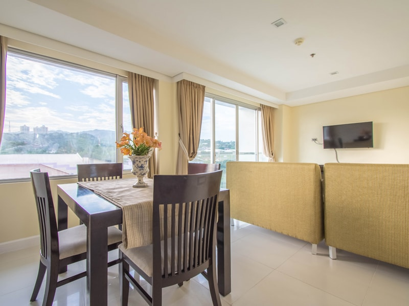 セブ島のアリシアアパーテルの客室 ツーベッドルームデラックスのテーブルとソファ