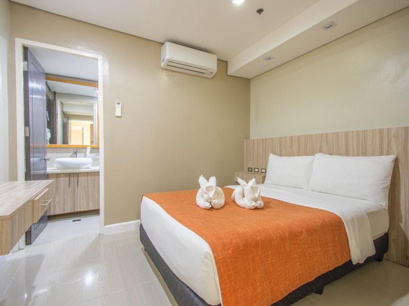 セブ島のアリシアアパーテルの客室 ツーベッドルームデラックスのベッドルーム