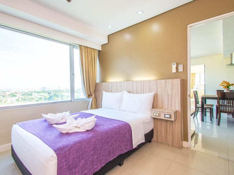 セブ島のアリシアアパーテルの客室 ツーベッドルームプレミアムのダブルベッド