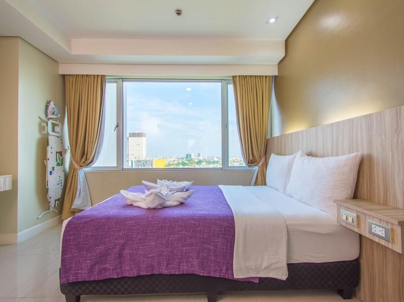 セブ島のアリシアアパーテルの客室 ツーベッドルームプレミアムのダブルベッドルーム