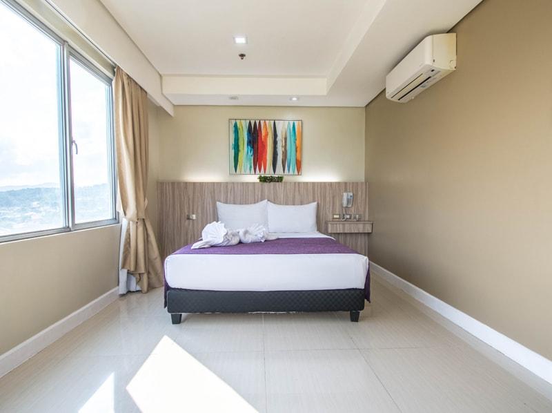 セブ島のアリシアアパーテルの客室 ツーベッドルームプレミアムのクイーンベッドルーム