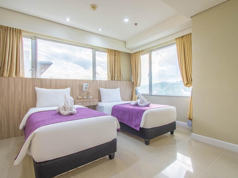 セブ島のアリシアアパーテルの客室 ツーベッドルームプレミアムのツインベッドルーム
