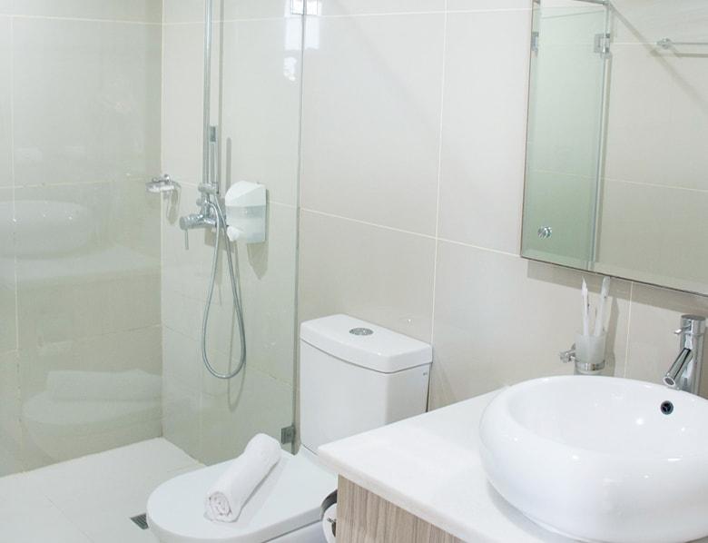 セブ島のアリシアアパーテルの客室 ツーベッドルームプレミアムのバスルーム