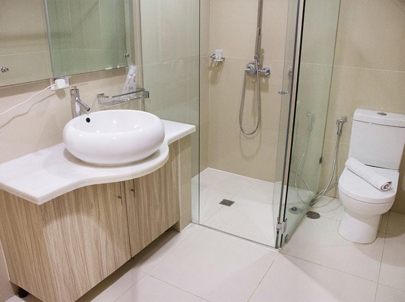 セブ島のアリシアアパーテルの客室 ツーベッドルームエグゼクティブのベッドバスルーム