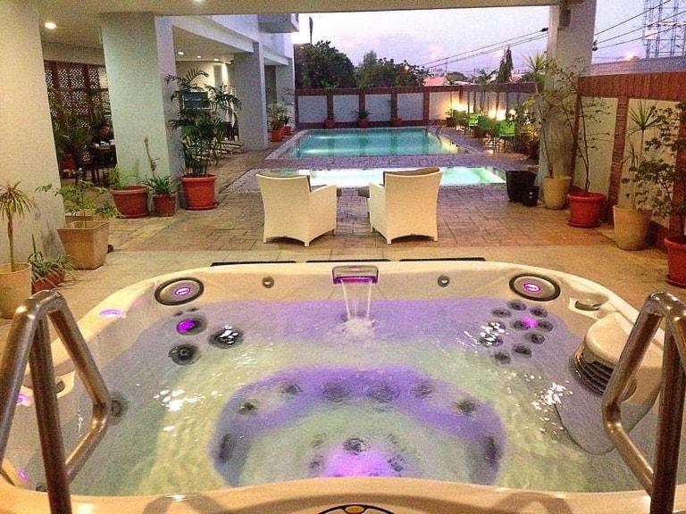 セブ島のアリシアアパーテルの温水ジャグジー