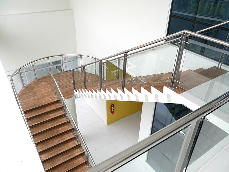 セブ島のアリシアアパーテルのロビーから2階へ上がる階段