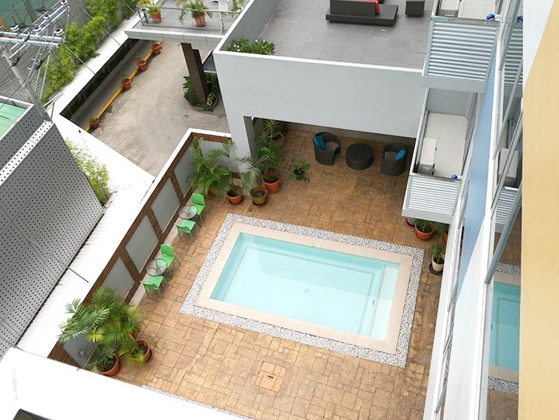 セブ島のアリシアアパーテルの客室から見た1階のプール