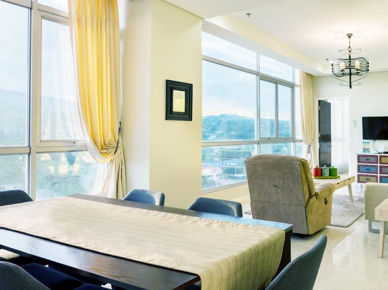 セブ島のアリシアアパーテルの客室 ペントハウススイート121㎡のリビングルーム