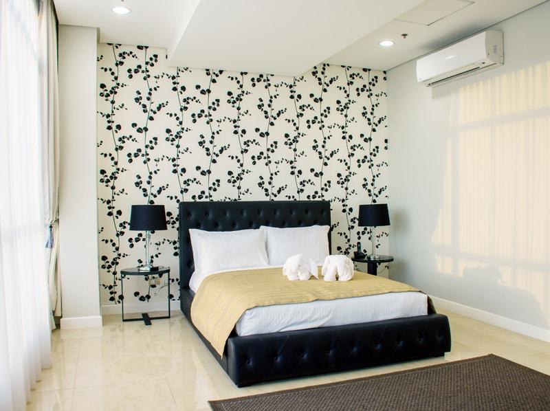 セブ島のアリシアアパーテルの客室 ペントハウススイート121㎡のリビングベッドルーム