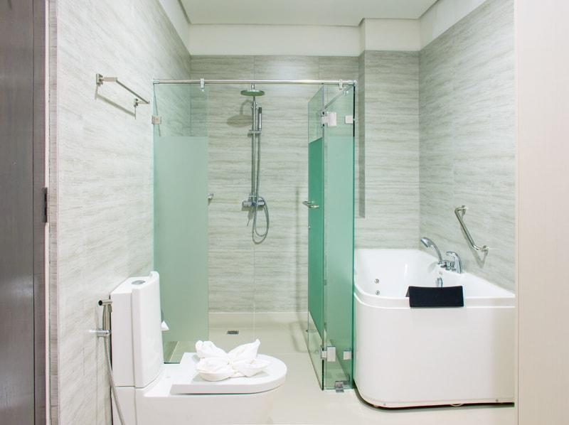 セブ島のアリシアアパーテルの客室 ペントハウススイート121㎡のバスルーム