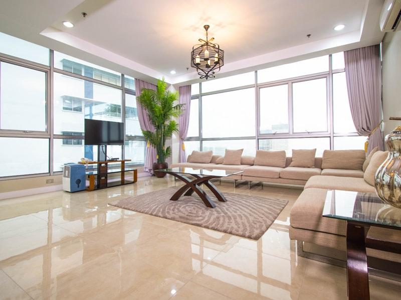 セブ島のアリシアアパーテルの客室 ペントハウススイート180㎡のリビングルーム