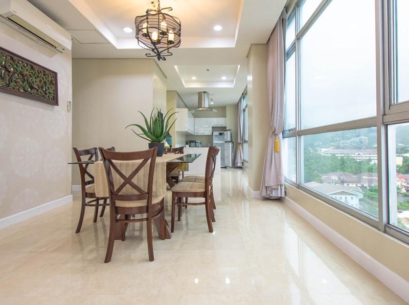 セブ島のアリシアアパーテルの客室 ペントハウススイート180㎡のダイニングルーム