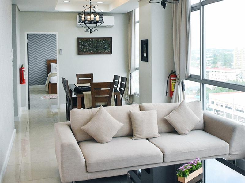 セブ島のアリシアアパーテルの客室 ペントハウススイート94㎡のリビングルーム