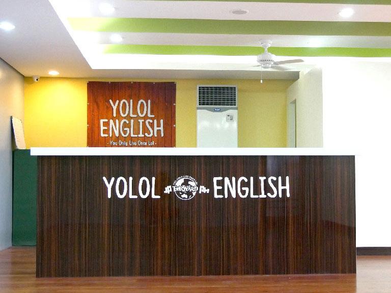 YOLOL ENGLISH内の受付カウンター