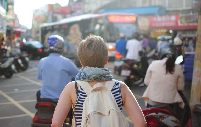 街を歩く海外旅行者