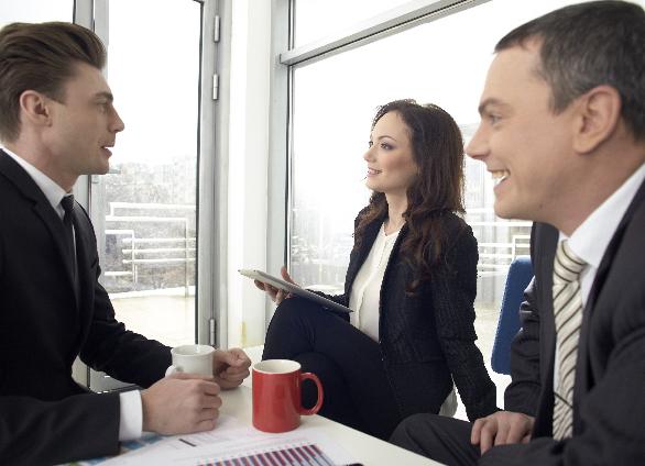 話をする3人のビジネスマン