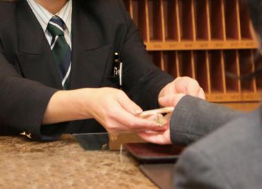 フロントで受付をするホテルスタッフ