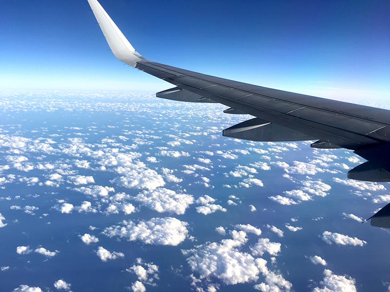 飛行機内から見た上空の雲