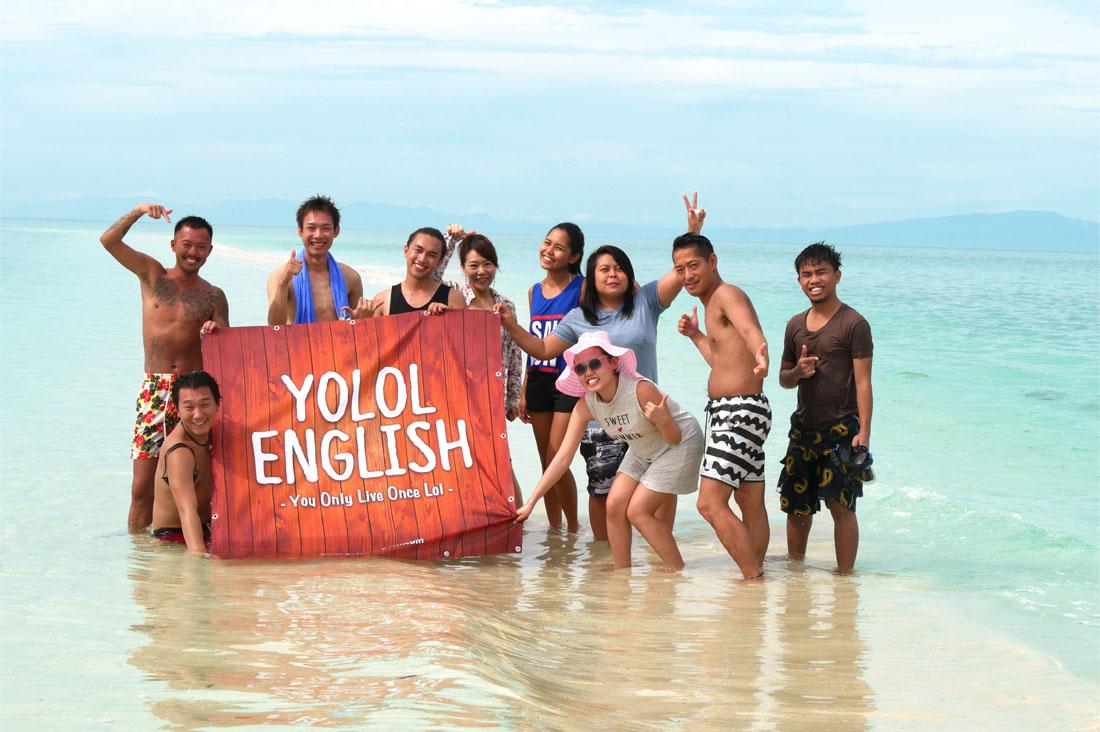 YOLOL ENGLISHのスタッフたちと集合写真
