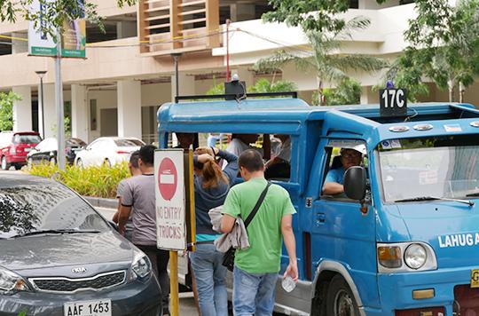 フィリピンのジプニーに乗車する人たち