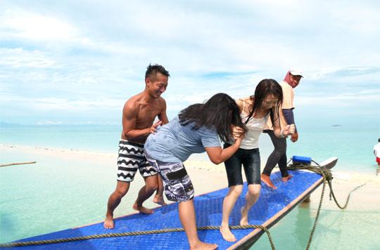 YOLOL ENGLISHのスタッフたちと海で楽しく過ごす