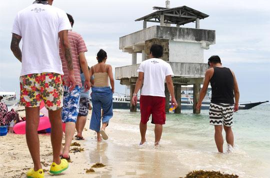 YOLOL ENGLISHのスタッフたちと浜辺を歩く